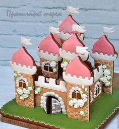 I'd love to make a sand castle version for summer. Biscotti Cookies, Fun Cookies, Cupcake Cookies, Sugar Cookies, Cookie Icing, Royal Icing Cookies, Meringue, Christmas Gingerbread House, Gingerbread Houses