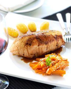 Gelakt kalkoengebraad met zoetzure worteltjes en gebakken aardappeltjes