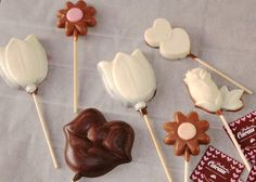 Lollipops de chocolate Lollipops, Chocolate, Desserts, Food, Cocoa, Tootsie Pops, Tailgate Desserts, Deserts, Stick Candy