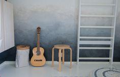 Heinässä heiluvassa: DIY - Liukuvärjätyn seinän maalaus Ladder Decor, Home Goods, Kids Room, Flooring, House, Bedroom Ideas, Walls, Home Decor, Bedroom
