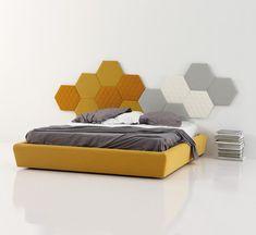 """Lit """"Tea"""" par Sencal, avec sa tête de lit à hexagones."""