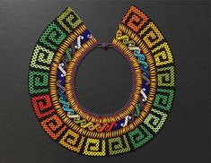 Indigenas,EmberaChami - Instagram photos and videos Handmade Beads, Handmade Necklaces, Beading Tutorials, Beading Patterns, Seed Bead Jewelry, Beaded Jewelry, Colar Tribal, Beaded Cape, Seed Bead Projects