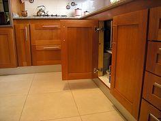 Mueble de cocina en cedro seleccionado. Puertas en cedro macizo, frente y tableros enchapados en madera de cedro.