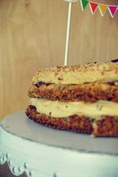 Tort bezglutenowy makowo-kokosowy z kremem karmelowym