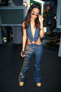 Beyonce reminisces about Aaliyah with MTV VMA flashback Aaliyah Outfits, Aaliyah Style, Hip Hop Fashion, 2000s Fashion, Fashion Photo, Women's Fashion, Aaliyah Pictures, Rip Aaliyah, New York