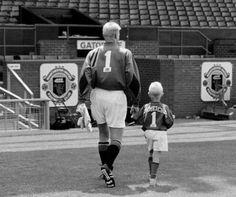 Αυτή η παλιά φωτογραφία πατέρα και γιου Schmeichel είναι όλο το ποδόσφαιρο - Μπάλες - MEN S ONLY | oneman.gr
