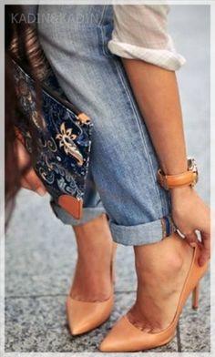 Her Kadında Olması Gereken Ayakkabılar Ten rengi ayakkabılar kadınların kurtarıcı ayakkabılarındandır. Her renge ve hemen hemen her kıyafet uyum sağlayabilen ten rengi ayakkabılar aynı zamanda bütün bir görüntü sağladığı için bacaklarınızı daha uzun gösterecektir. Açık burunlu, dolgu topuk veya kapalı olması hiç fark etmez. Size uygun olan bir çift ten rengi ayakkabı edinin ve bu sayede her kıyafetinizle uyumlu bir ayakkabınız olsun.