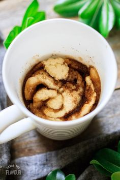 This super easy cinnamon roll in a mug cooks in one minute in the microwave! This is a gooey, buttery mug cake that you'll be making all the time. Mug Cinnamon Roll, Cinnamon Rolls, Yummy Treats, Yummy Food, Tasty, Easy Desserts, Dessert Recipes, Cake Recipes From Scratch, Types Of Cakes