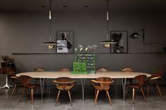 dining area chairs - Maurizio Pecoraro very dark home by Dordoni Architetti Dining Room Design, Dining Area, Dining Table, Kitchen Dining, Oval Table, Home Furniture, Modern Furniture, Italian Home, Living Comedor