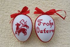 Hier biete ich Ihnen ein sehr schönes handbesticktes Osterei zum Aufhängen an. Das Ei ist beidseitig mit verschiedenen Motiv bestickt und mit Schleife und Schlingenborte verziert. Damit kann man...