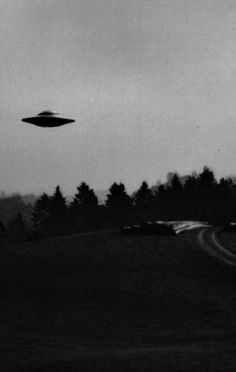 A fun image sharing community. Explore amazing art and photography and share your own visual inspiration! Alien Aesthetic, Aesthetic Space, Aesthetic Drawing, Aliens And Ufos, Ancient Aliens, Art Alien, Alien Abduction, Black And White Aesthetic, Flying Saucer