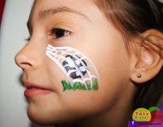Makeup girl/artistic painting  Copa do Mundo: maquiagens para as crianças arrasarem. O passo a passo da maquiagem aqui: http://mamaepratica.com.br/2014/06/13/copa-do-mundo-maquiagem-de-bandeira-do-brasil-para-fazer-nas-criancas/ Criação da artista Taty Pizoni para o blog Mamãe Prática