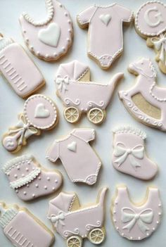 The best baby shower cookies for boy babies, baby shower cookies for girl babies and neutral baby shower cookies. From decorated baby shower cookies with royal icing, fondant baby shower cookies, simple baby shower cookies & so much more! Baby Shower Cakes, Deco Baby Shower, Baby Shower Fall, Baby Shower Parties, Baby Shower Themes, Baby Boy Shower, Baby Shower Gifts, Baby Showers, Shower Ideas