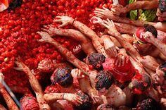 en una gran olla de salsa de tomate