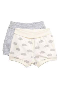 H&M  - Set van 2 tricot shorts: CONSCIOUS. Shorts van zacht tricot van biologisch katoen met een brede omslag in de taille en een ribboord onder aan de pijpen. --------- 7.99€