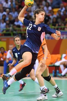 Argentina's centre back Elke Karsten jumps to shoot during the women's preliminaries Group B handball match Argentina vs Netherlands for the Rio 2016 Olympics Games at the Future Arena in Rio on. Women's Handball, Handball Players, Action Pose Reference, Action Poses, Bra Video, Human Poses, Rio Olympics 2016, Sports Wallpapers, Sport Chic