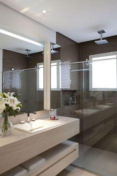 Immagine bagno contemporaneo con rivestimento doccia in mosaico di colore marrone scuro e pavimenti in gres effetto marmo, così come il mobile del lavandino