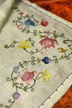 Lovely design stitch with reg. Bordado Jacobean, Crewel Embroidery Kits, Hungarian Embroidery, Hand Work Embroidery, Beaded Embroidery, Border Embroidery Designs, Floral Embroidery Patterns, Machine Embroidery Designs, Applique Quilts