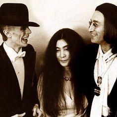 Yoko Ono, David Bowie e John Lennon.