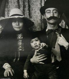 As fotos raras ver Lennon sentado seu filho Sean, agora com 40 anos, em seu colo enquanto ele puxa uma expressão de aspecto…