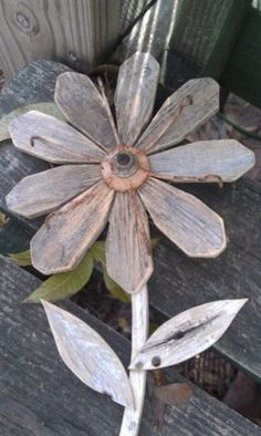 Reclaimed Wood Flower Rustic Wall Decor Rusty Metal Folk Art Garden Art Industrial Repurposed Wood F Metal Wall Flowers, Wood Flowers, Flower Wall Decor, Tin Flowers, Pallet Crafts, Pallet Art, Wooden Crafts, Pallet Beds, Barn Wood Projects