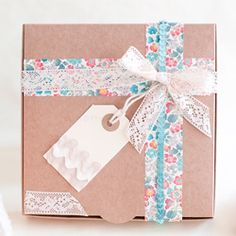 Simple Gift Wrapping. Beautiful Strips of Paper and lace! Simple and adorable! More photos in the blog. (in Spanish)