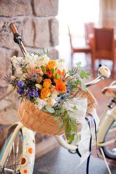 Beautiful basket of flowers on bike Bicycle Basket, Bicycle Art, Bike Planter, Planter Garden, Basket Planters, Planter Ideas, Garden Art, Winter Mountain Wedding, Image Deco