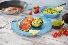 Ein schnelles, gesundes und vor allem leckeres 15 Minuten Rezept: Lachsfilet mit Avocado-Tomaten-Salsa und Naturreis.
