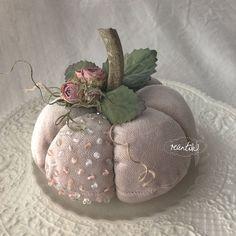 velvet pumpkin with glass beads and roses Velvet Pumpkins, Fabric Pumpkins, Autumn Crafts, Thanksgiving Crafts, Silk Flowers, Fabric Flowers, Pillow Crafts, Craft Show Ideas, Pumpkin Crafts