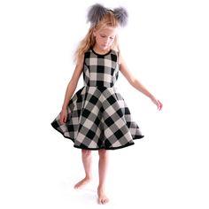 Sort, hvid, grå ternet kjole med læg og lommer