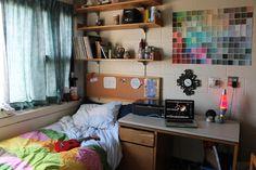ベッドの横にデスクを寄せたスタイル。 きゅっとこじんまりした空間が逆に落ち着きます。