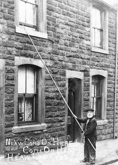 Knocker up Burnley 1809 Their job was to wake the workers up for their shift by knocking on the bedroom window using a long pole. The text reads . Ne aw come on here! He,aw long yet? Victorian Street, Burnley, Famous Landmarks, Industrial Revolution, Slums, Large Homes, Vintage Pictures, Knock Knock, Old Photos