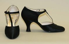 more glamorous, evening wear shoe. T-strap was a very common embellishment in ladies shoes, and the narrow heel was more common for formal occasions