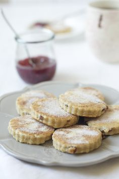 A delicious and authentic recipe for Welsh Cakes which are gently spiced and filled with raisins for sweetness. Recipe with step-by-step photos. Welsh Cakes Recipe, Welsh Recipes, Celtic Food, Saint David's Day, Perfect Cookie, High Tea, Pain, Afternoon Tea, Cookies Et Biscuits