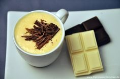 White chocolate mousses with and without eggs White chocolate mousses with and without eggs Swiss Recipes, My Recipes, Cake Recipes, Kinds Of Desserts, Cookie Desserts, Matcha, 5 Ingredient Desserts, Mousse Au Chocolat Torte, White Chocolate Mousse