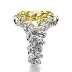 Bague JAR en platine et diamants entourant un diamant jaune fancy intense de 15.75 carats. http://www.vogue.fr/joaillerie/a-voir/diaporama/la-vente-de-bijoux-magnificent-jewels-de-christie-s-a-new-york/18354/image/993847#!bague-diamant-jaune-jar-vente-magnificent-jewels-de-christie-039-s-a-new-york