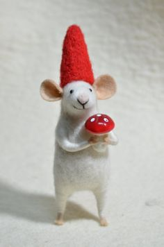 wee mousie with a mushroom -Nordic Thoughts Christmas Gnome, Scandinavian Christmas, Christmas Crafts, Christmas Ornaments, Merry Christmas, Fabric Animals, Felt Animals, Needle Felted Animals, Needle Felting
