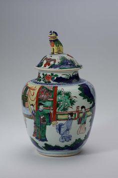 Deckelvase eines dreiteiligen Vasensatzes mit Fünfarbendekor (wucai), Porzellan mit Aufglasurfarben, Qing-Dynastie, Ära Kangxi (1662–1722) Hetjens-Museum – Deutsches Keramikmuseum