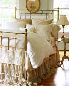 White & neutral bedroom with fabulous brass bed Shabby Chic Bedrooms, Bedroom Vintage, Shabby Chic Furniture, Home Bedroom, Bedroom Decor, Bedroom Ideas, Bedroom Colors, Master Bedroom, Baby Bedroom