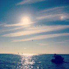Mavi bir günde güneş çarpacak gözümüze Gün dönümü henüz erkenci Ve gece henüz dalgalarını vurmamışken gündüzün koynuna Bir düş göreceğiz çok uzaklarda Bir yanımız yalnızlık Bir yanımız biz Ve gece utanacak yüzümüze karanlık içinde güneş tuttuğundan (Moda Sahili)