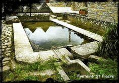 CROZON, Fontaine saint Fiacre XVIIe. La source est abondante. Elle alimente un lavoir. Elle a été pompée au cours de la Première Guerre mondiale pour approvisionner le camp des prisonniers allemands de l'ile Longue. En se baignant dans le lavoir après les vêpres, les pèlerins imploraient saint Fiacre de les préserver de la gale et de la peste.