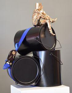 Sculpture de L'artiste David David en bronze et aluminum sanglé ensemble  head in art, seau sur la tête  La tête dans l'art  www.daviddavid.fr Over Ear Headphones, Bronze, Sculpture, Bucket, Artist, Sculptures, Sculpting, Statue