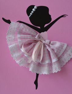 Conjunto de tres grandes lienzos de 9 X 12 con bailarinas de baile. Fondos de lona y siluetas de bailarina se pintan con pintura acrílica. Bailarines son decoradas con faldas de tela y Tul, cintas de seda y abalorios. Arte de la gran pared para cuarto de niña o sala niño niña. Dance Silhouette, Ballerina Silhouette, Ballerina Art, Porta Lingerie, Paper Quilling Flowers, Unicorn Wall Art, Canvas Background, Ballerina Birthday Parties, Dancing Dolls