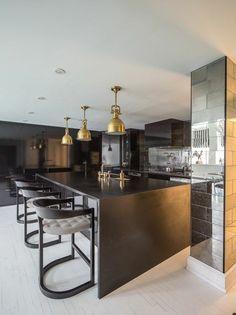 cuisine-equipee-avec-ilot-central-chaises-de-bar-ilot-de-cuisine-moderne
