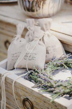 Ωραία μπομπονιέρα! Μοναδικά ρουστίκ προσκλητήρια γάμου με λουλούδια - http://www.lovetale.gr/wedding/wedding-invitations/rustic?atr_theme=13