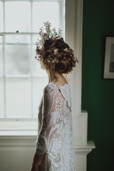 Auburn forests, cappuccino roses, dramatic headpiece and raw emotions. This enchanting Irish autumnal wedding inspiration from Petal&Twine and photographer Pawel Bebenca is sure to melt your heart. Irish Wedding, Wedding Veil, Autumn Wedding, Wedding Dresses, Bridal Cape, Bridal Crown, Wedding Designs, Wedding Styles, White Cape