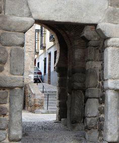 Puerta Antigua de Bisagra (XIe siècle), calle Alfonso XI, Tolède, Castille-La Manche, Espagne. | par byb64