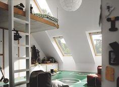 Des combles aménagés en chambre lumineuse et au sol original... Déco !