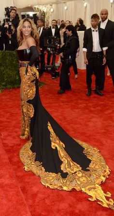 Beyonce arrives in a strapless Givenchy by Riccardo Tisci gown with a paisley-print structured bodice and punky black belt, at the MET Gala. We didn't love this outfit Beyonce, co-chair of the gala, wore. Beyonce 2013, Beyonce Beyonce, Top Models, Gala Dresses, Nice Dresses, Dresses 2013, Celebrity Red Carpet, Celebrity Style, Met Gala Outfits