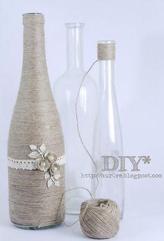Reciclagem de garrafas.Aqui foi usado barbante para esconder a garrafa e deixá-la mais charmosa.